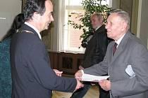 NEJEN válečný veterán Josef Petiška (vpravo) přijal pamětní list z rukou starosty Ivo Rubíka, ale i první muž slánské radnice byl jím a ČSOL oceněn za svoji podporu.