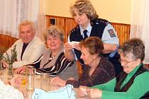 Beseda pro seniory se konala v budově Obecního úřadu v Tuchlovicích. V podobných akcích policie bude pokračovat i v dalších obcích.