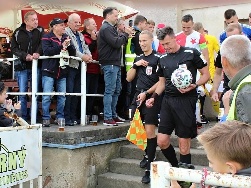 Fotbalová bomba tikala ve Velvarech, domácí ji ale neodpálili úplně a Slavia zápas o postup do osmifinále MOL Cupu zachránila. Vyhrála 4:2. Rozhodčí Pavel Franěk přivádí týmy na plochu