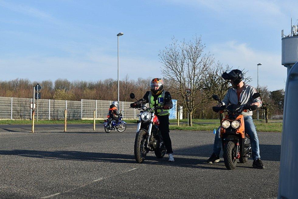 Budoucí řidiči motocyklů z kladenských autoškol se sjeli v neděli na výcvikové ploše u bývalé slánské šachty.