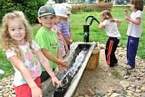 NOVĚ UPRAVENÁ ZAHRADA podporuje děti formou hry v objevování světa.