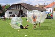 Na fotbalovém hřišti v Brandýsku si lidé vyzkoušeli také fotbal v bublinách.