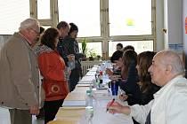 Slaný, volební okrsek č. 17 krajské a senátní volby. Lidí přišlo v sobotu hodně.