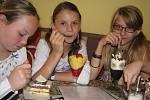 Některé děti už dostaly vysvědčení v pátek. Náležitě to oslavily v cukrárně, jiné dostaly za dobré známky třeba pěkný dárek.