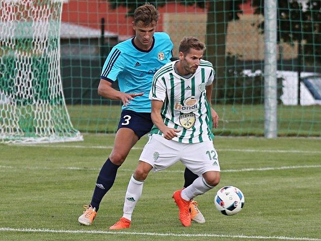 Martin Filip (v modrém) Jiřího Kabeleho ubránil, ale odchovanec Motorletu svůj bývalý tým pomohl gólem porazit. Hostouň vyhrála 3:2.