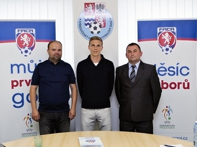 Bořek Dočkal (uprostřed) jako patron nových akcí SKFS mezi členem VV SKFS Petrem Lacinou a šéftrenérem mládeže SKFS Milanem Kormaníkem.
