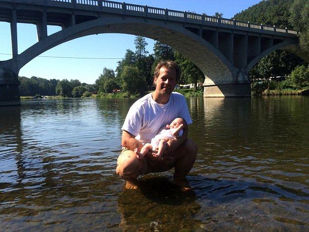 JOSEF FRANTIŠEK KRÁL se svou tehdy dvouměsíční dcerou Anežkou pod Zvíkoveckým mostem. K řece Berounce má dlouhá léta silný citový vztah.