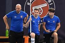 Hvězda Boleslavi Tomáš Chroust (uprostřed) bude teď pomáhat Kladnu mezi elitu českého florbalu - do Superligy.