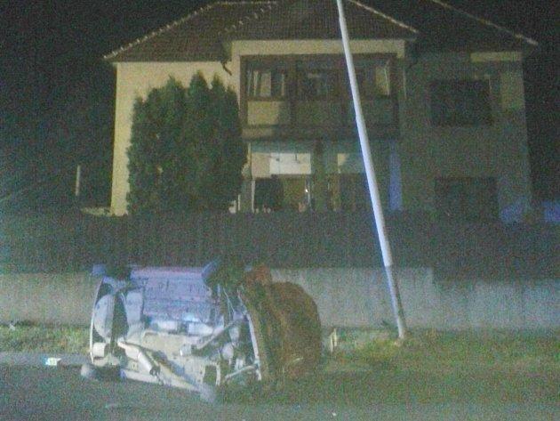 Řidič vjel mimo silnici a narazil do lampy.