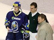 Rytíři Kladno - HC Pardubice, 49. kolo ELH 2011-12, hráné 17.2.12. Petr Kafka přebral křišťálový puk