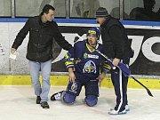 Rytíři Kladno - HC Pardubice, 49. kolo ELH 2011-12, hráné 17.2.12. Dragoun po zásahu Salfického hokejky
