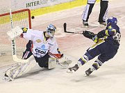 Rytíři Kladno - HC Pardubice, 49. kolo ELH 2011-12, hráné 17.2.12. Petr Kafka těsně mimo