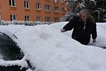 Auta pod sněhovou čepicí, v úterý ještě více přituhne.