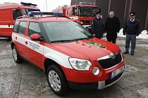 Z rukou primátora Kladna Dana Jiránka převzali klíčky od vozidla ředitel HZS Středočeského kraje Miloslav Svatoš a velitel kladenské stanice Milan Strádal.