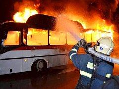 Hasiči hořící autobus uhasili za několik málo minut.