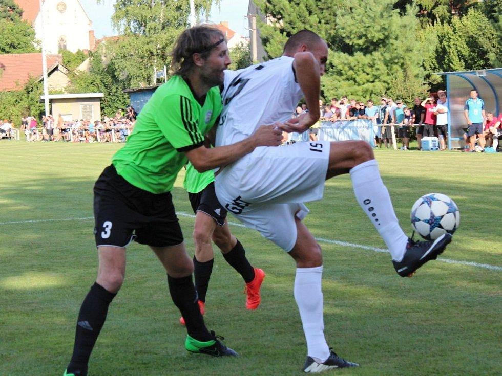 Velvary (v zeleném) prohrály v MOL Cupu s Hradcem Králové 0:1. Obrtlík tvrdě bránil obra Žondru