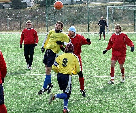 Braškovský vrchní kanonýr Jan Nachtigal (vlevo ve světlém) dal o víkendu zase gól. Tady se utkal v hlavičkovém souboji s kněževeským Kamilem Hrubým.