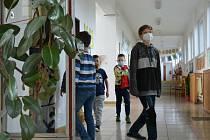 Děti starší 12 let budou zřejmě muset nosit roušky i během výuky.