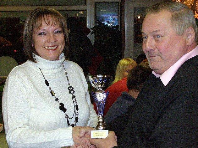 Vítězka Fortuna ligy Ludmila Blätterbauerová a předseda OFS Kladno František Běhounek.