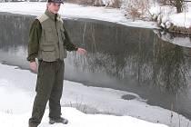 Rybář Michal Stuchl ukazuje na nezamrzlou plochu dřetovického rybníka.