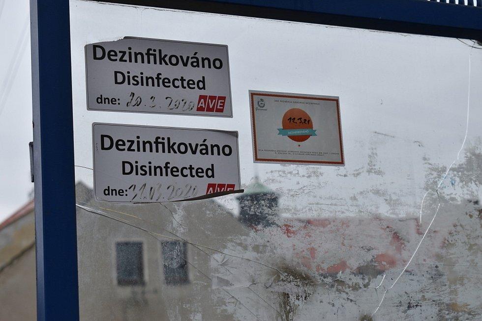 Obě zastávky ve Slaném-Kvíčku u sokolovny.