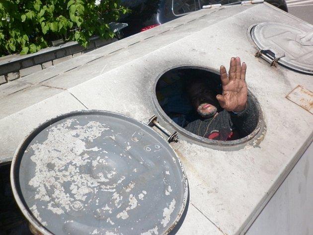V kontejneru uvězněný bezdomovec mával svým záchranářům.