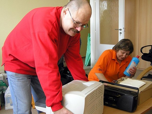 Na stěhování do nového se podílel i šéf kladenských záchranářů - primář Viktor Rybáček.