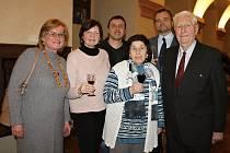 Zora Dvořáková (druhá zprava vpředu) v obležení přátel. Vlevo kladenská historička Irena Veverková, vzdělavatelka kladenského Sokola Alena Kottová a zcela vpravo vpředu nakladatel Milan Nevole.
