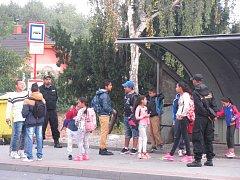 ASISTENTI PREVENCE KRIMINALITY hlídkují nejen u kladenských základních škol, ale i u přechodů pro chodce a autobusových zastávkách městské hromadné dopravy.