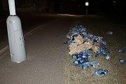 Láhve s minerálkou se kutálely noční ulicí.