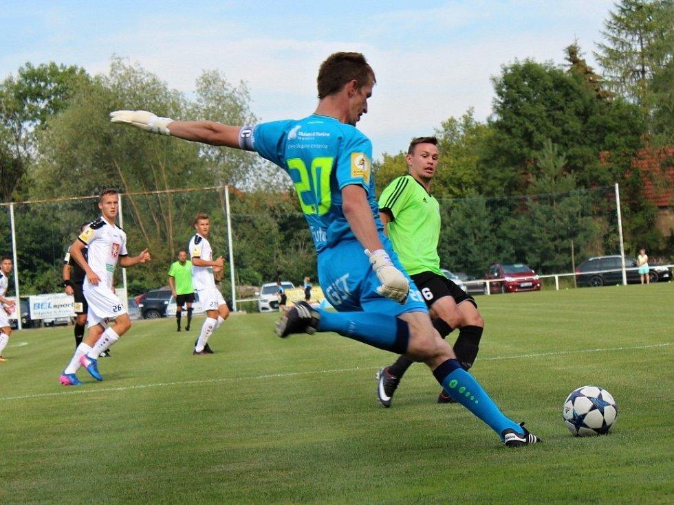 Velvary (v zeleném) prohrály v MOL Cupu s Hradcem Králové 0:1. Brankář Lindr odkopává před Červeným