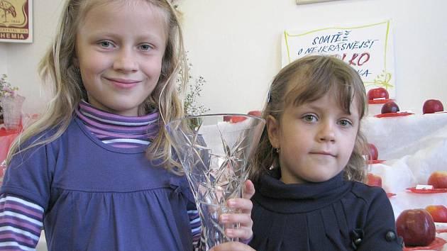 Výstavu si prohlédly také Daniela a Gabriela Vodičkovy. Pochlubily se pohárem, který získala v nedávné obdobné soutěži O nejkrásnější růži Kladenska jejich maminka Lucie.