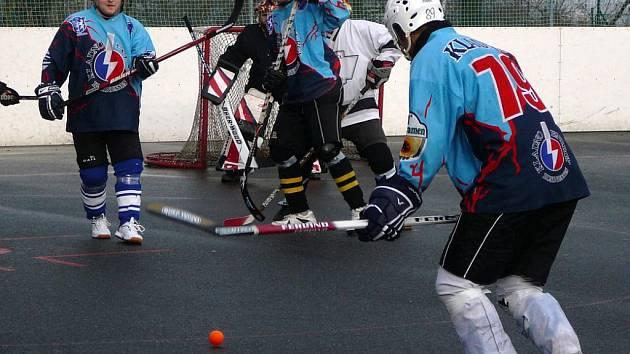 Pro Kladenský pohár speciálně složený celek HC Sítná se představil v dresech, v nichž jeho hráči bojovali za KEB Kladno v juniorských soutěžích. A Beer Stars podlehl až na nájezdy.