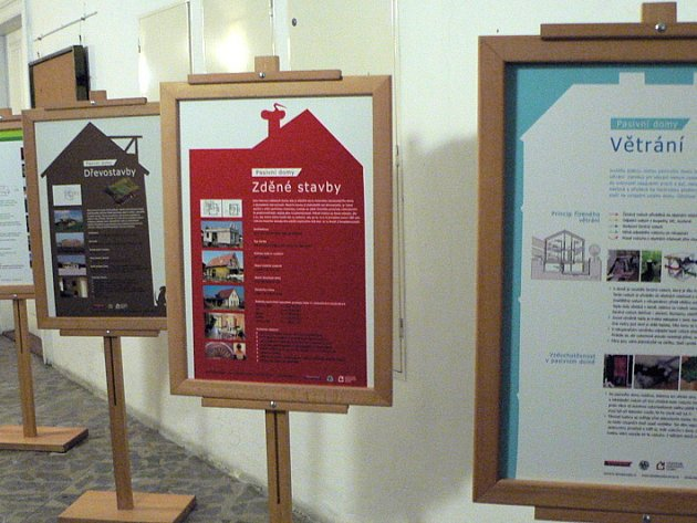 Na deseti panelech se zájemci mohou poučit o ekologicky šetrné výstavbě rodinných domů i veřejných budov.