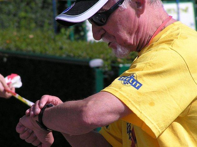 Jedna z dobrých duší Kladenského maratonu - časoměřič a pořadatel Rudolf Kusebouch.