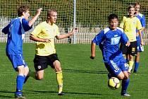 Sedmnáctka SK Kladno (v modrém) smolně podlehla na Strahově pražské Spartě 4:5. U míče autor dvou gólů Trnka, vedle Popelka