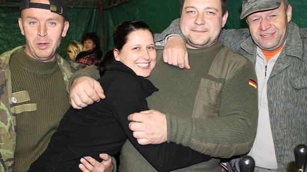Vladimír Růžička alias Láda (vlevo) na snímku z letošních čarodějnic ve Slaném-Kvíčku, které pomohl s přáteli obnovit po sedmi letech. Láda jízdu přes Herbertov nepřežil. Vráťa (vpravo) měl namále. Tomáš z Teplic se z vody už také živý nedostal