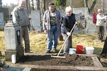 SVAZ BOJOVNÍKŮ ZA SVOBODU letos pořádal se spolupráci s dalšími organizacemi podobnou brigádu na hřbitově v Libušíně, kde se nachází několik hrobů legionářů, o které nikdo nepečoval.