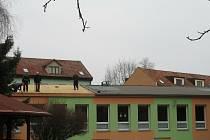 Z opravy střechy na budově Mateřské školy ve Stochově.