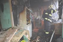 Šest lidí zachraňovali hasiči při pátečním požáru v panelovém domě v Kladně.