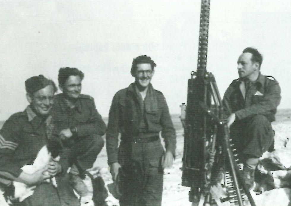 Jaroslav Selner (první zprava) s příslušníky své jednotky v Tobruku v roce 1942.