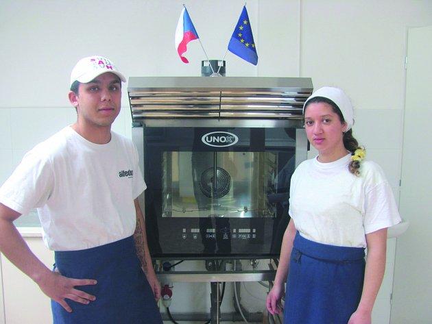 VÝUKA V NOVÝCH PROSTORÁCH začne v nejbližších dnech. Do moderně vybavené kuchyně už se těší také budoucí kuchaři  Miroslav Gaži a Diana Dunková. Oba prý vaření velmi baví.