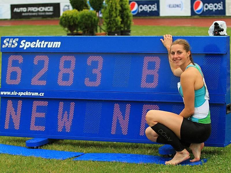 Eliška Klučinová vyhrála na mítinku v Kladně sedmiboj v českém rekordu 6283 bodů. Čtyřiadvacetiletá atletka vylepšila národní maximum o 15 bodů a kvalifikovala se na olympijské hry jako letos vůbec první Kladeňačka