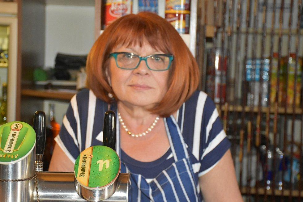 Hostinská z Buštěhradu Irena Cebeová je rozhodnutá po 25 letech hospodu zavřít, jestli kvůli zákazu kouření přijde o většinu svých hostů.