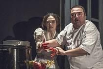V PŘEDSTAVENÍ HOSTUJE hrající kuchař či vařící herec Ivan Vodochodský.