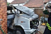 Požár vraku dodávky a dílny v Tuchlovicích.