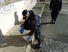 Strážníci odvezou stříkačky k likvidaci do kladenské nemocnice.