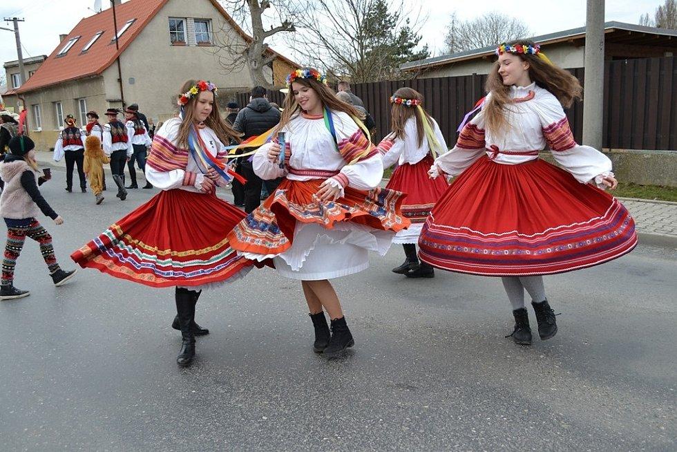Překrásné březnové sobotní slunko provázelo účastníky masopustu v Horním Bezděkově na Kladensku. Byla to jedna z posledních letošních oslav svého druhu, která předchází čtyřicetidennímu půstu, což je podle křesťanů období přípravy na Velikonoce. Rok 2017