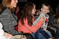 HYNEČKOVI NEJBLIŽŠÍ maminka i babičky zažívaly při koncertě chvíle štěstí. Přestože s nimi hošík komunikuje jen pozvolna, bylo vidět, že ho představení velmi baví. Díky léčbě dělá velké pokroky.