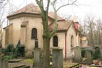 KOSTEL SV. JANA KŘTITELE se nachází uprostřed lesního hřbitova a není do něj zavedený ani elektrický proud.